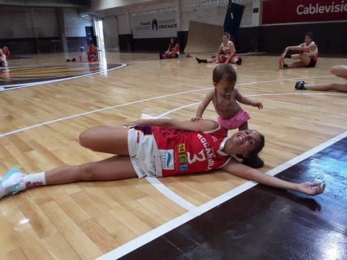 Antonella González com a filha durante treino - Foto: Reprodução/Twitter