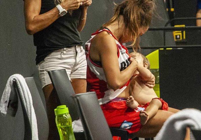 Antonella González amamentando a filha durante a partida - Foto: Reprodução/Twitter