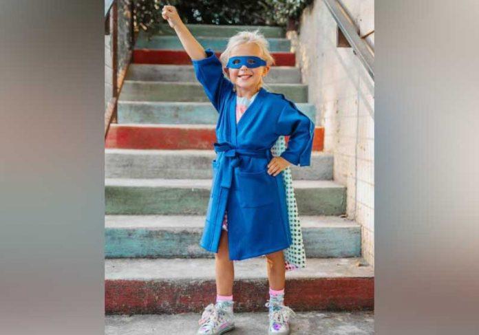 Os roupões de super-heróis são entregues a crianças em tratamento de câncer, nos Estados Unidos. - Foto: reprodução Instagram