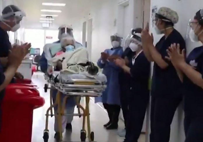 Dona Carmelita foi aplaudida ao sair do hospital - Foto: Twitter/Reprodução