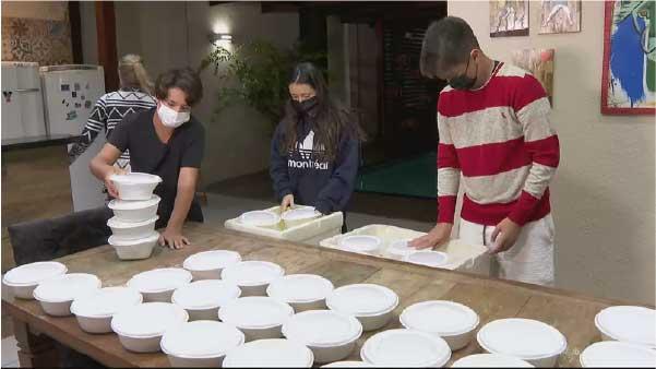 Ramon e família preparando as marmitas. - Foto: reprodução CNN