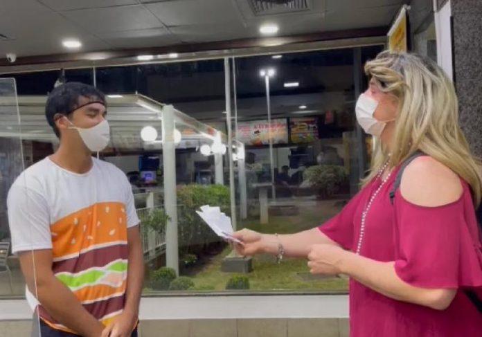 Carmela e o gerente Renato, do McDonald's, que liberou lanches apesar de faltarem R$22 - Foto: arquivo pessoal