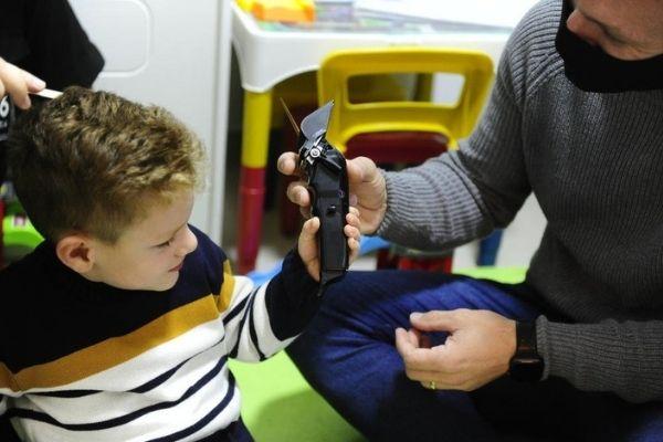 Pai corta cabelo do filho. - Foto: reprodução Instagram @michael.jkratina