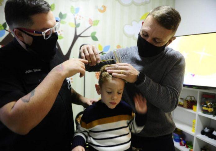Pai fez curso de barbeiro somente para cortar cabelo de filho autista em casa. - Foto: reprodução Instagram #michael.jkratina