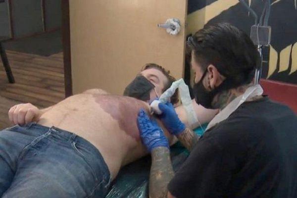 Pai tatua marca do filho. - Foto: reprodução CBS