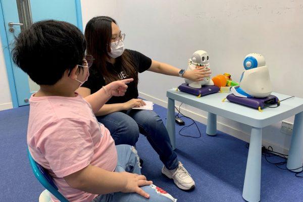 Robô ensina movimentos para crianças - Foto: divulgação
