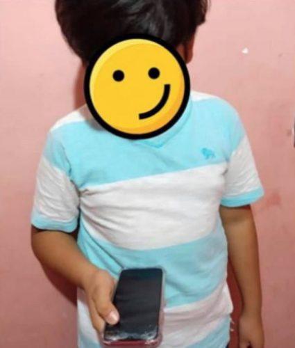 Garoto encontra celular - Foto: reprodução Facebook