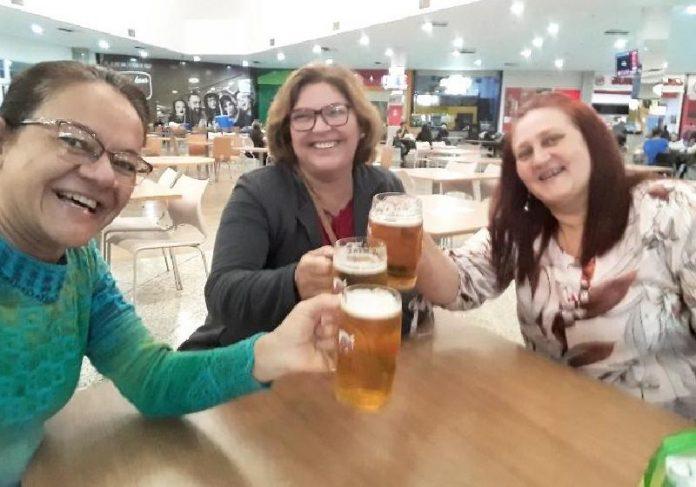 As amigas de Sandra Regina comemorando com chopp a vitória da vida - Foto: arquivo pessoal