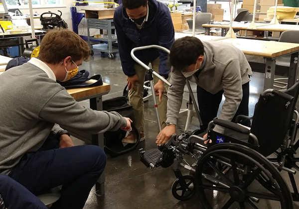 Alunos da Bullis School em Potomac, Maryland, trabalhando no carrinho de cadeira de rodas. foto: Matt Zigler