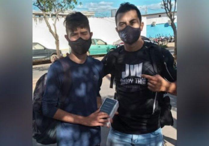 Cleiton ganhou um novo celular do irmão da jovem que o assaltou - Foto: reprodução Gazeta do Cariri