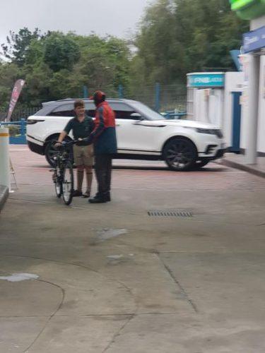 Vaughn entrega bicicleta para Tony - Foto: reprodução Facebook