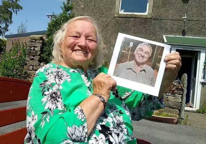 Mãe mostra foto de filho que ela reencontrou após 60 anos de busca - Foto: arquivo pessoal