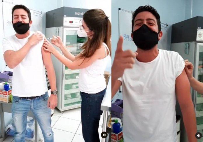 O jornalista Leandro Chaves narrando a própria vacinação num posto de Sorocaba, interior de SP - Fotos: reprodução / Instagram