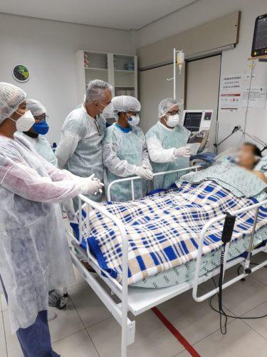 Técnico em momento de leitura com paciente - Foto: reprodução