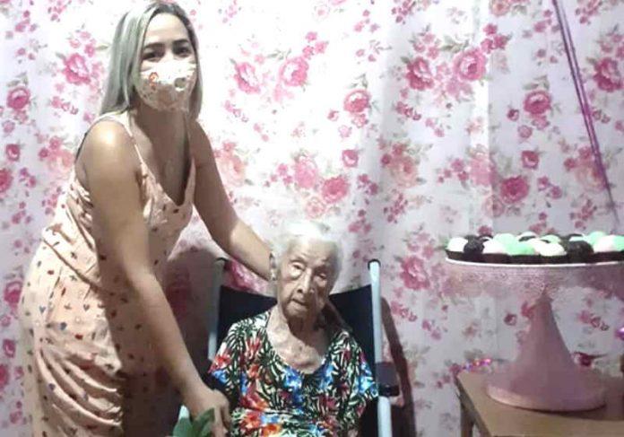 Dona Belinha com a vizinha. A idosa tem 2 anos a mais que a japonesa mais velha do mundo Foto: Arquivo Pessoal