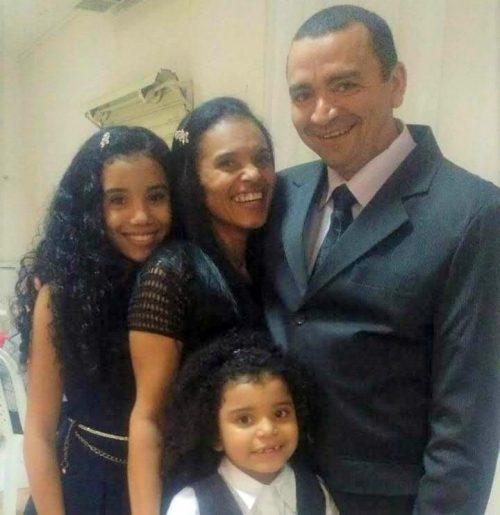 Elizete, o marido e as filhas Gisele (maior) e Karina (menor). Foto: arquivo pessoal