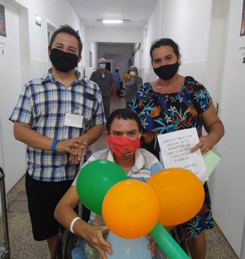 Ivanildo com a família que o adotou - Foto: reprodução / Santa Casa de Sobral