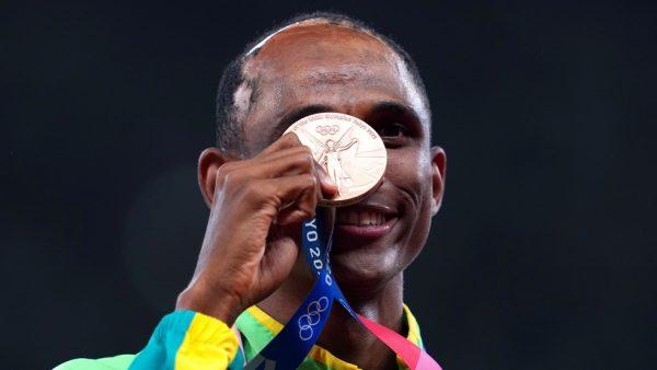 Alison mostra a medalha que conquistou em Tóquio - Foto: REUTERS/Aleksandra Szmigiel