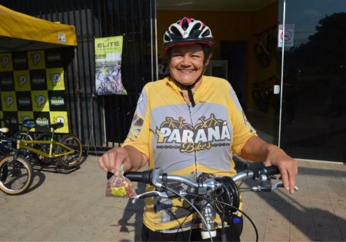 Avó pedala 25 km para ajudar neta a pagar faculdade de Psicologia - Foto: Vanessa Ayala