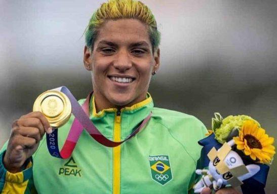 Ana Marcela Cunha é a primeira brasileira a ganhar uma medalha olímpica de ouro na natação desde a vitória de Cesar Cielo Foto: COB