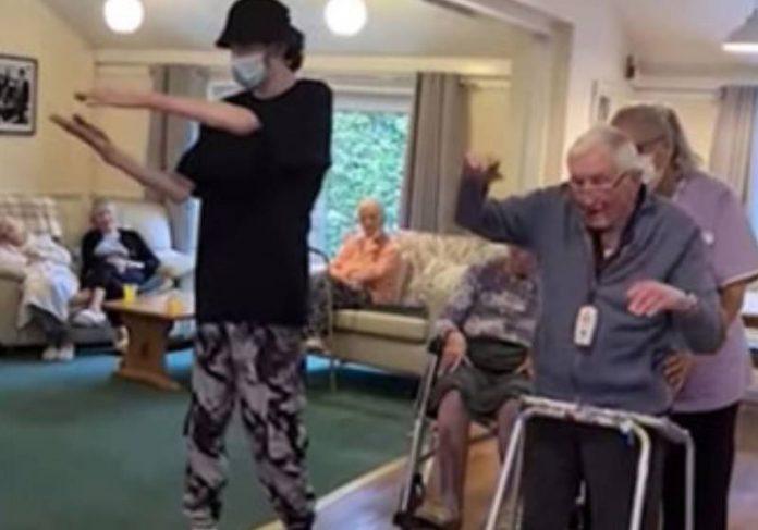 Ollie Venning melhorou do autismo severo com Street Dance e ensinou idoso a dançar - Foto: