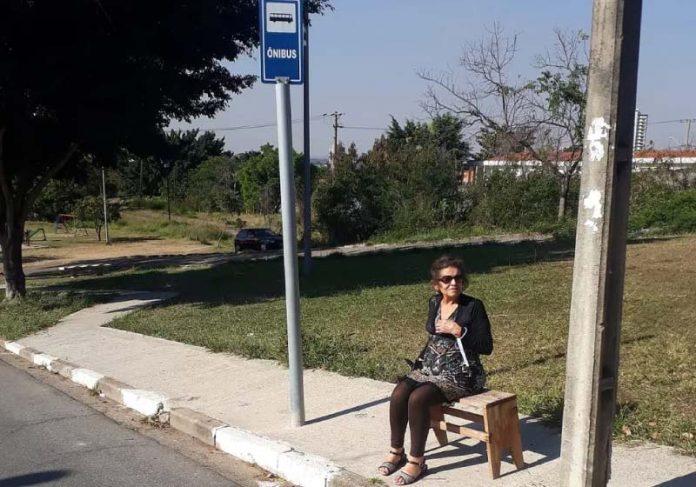Filho construiu o banco para a mãe esperar por ônibus sentada - Foto: arquivo pessoal