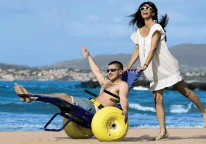 O calçadão para pessoas com deficiência incluem cadeiras que entram na água Foto: Divulgação