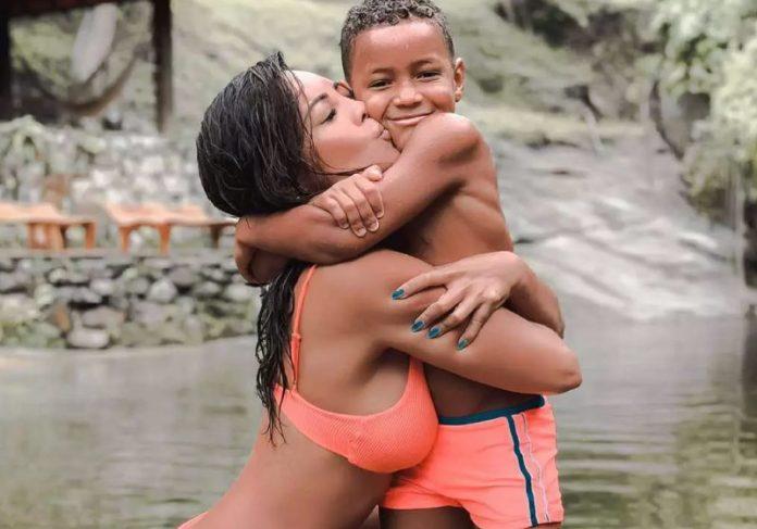 Carol Nakamura adotou Wallace após conhecê-lo em um projeto social em Duque de Caxias, no Rio de Janeiro - Foto: reprodução Instagram @carol_nakamura