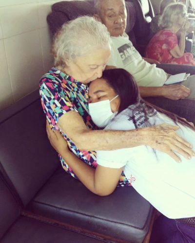 Voluntária abraça idosa em asilo - Foto: reprodução Instagram