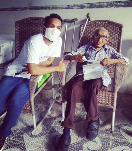 Voluntário entrega carta a idoso - Foto: reprodução Instagram
