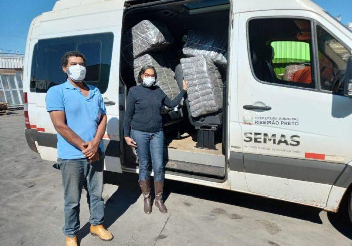 A Leroy Merlin pretende transformar mais de 1,3 toneladas de uniformes em 3 mil cobertores para doação - Foto: divulgação