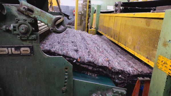 Processo de reciclagem de uniformes - Foto: Retalhar