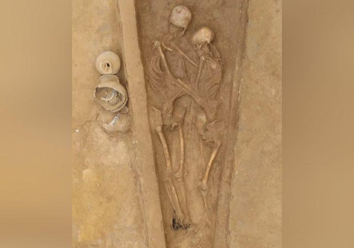 Casal de esqueletos abraçados foi enterrado há 1.500 anos - Foto: Qian Wang/Cortesia
