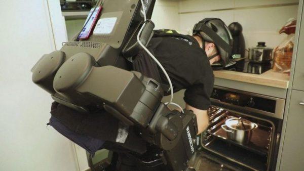 Oscar utilizando o exoesqueleto - Foto: reprodução