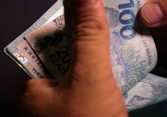 O trabalhador com saldo na conta até 31 de dezembro de 2020 terá direito à distribuição dos lucros Foto: Marcello Casal Jr /Agência Brasil