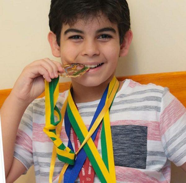 Caio mostra medalha de olimpíadas de matemática - Foto: arquivo pessoal