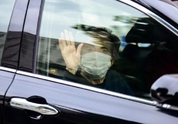 Glória Menezes acenou para a imprensa quando deixou o Hospital Albert Einstein - Foto: Leo Franco / AgNews