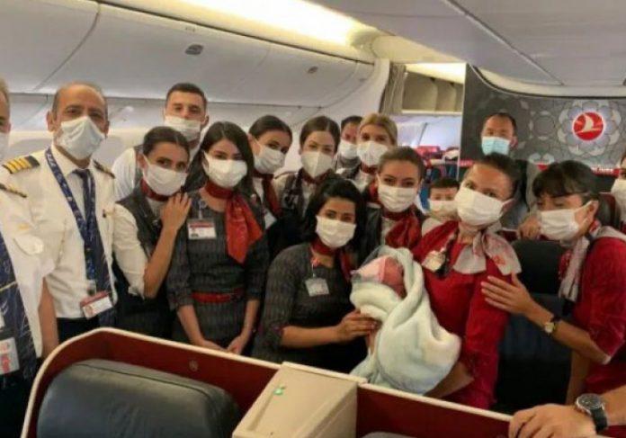 A afegã grávida deu à luz durante voo entre os Emirados Árabes e a Inglaterra - Foto: Divulgação Turkish Airlines/Via Reuters