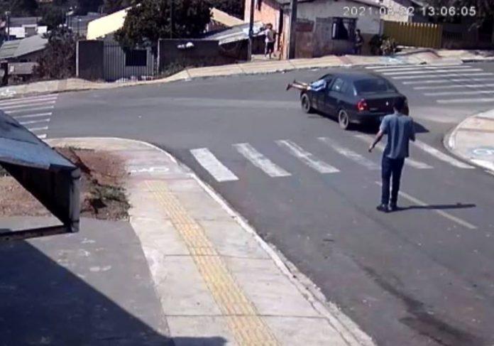 O mecânico Marcelo Milek conseguiu puxar o freio de mão antes que o carro atingisse casas no final da rua - Foto: câmera de segurança