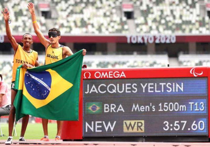 Yeltsin ao lado do guia Bira comemorando a centésima medalha de ouro do Brasil em iogos Paralímpicos Foto: reprodução