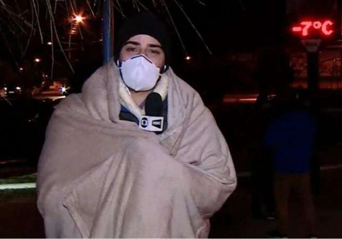 Jornalista surge enrolado em um cobertor, que foi doado por uma família de Joinville - Foto: reprodução NSC TV