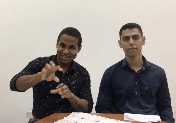 Autodidata, Helbert Camilo ministra aulas de Libras para alfabetizar e evangelizar pessoas surdas - Foto: Acervo Pessoal