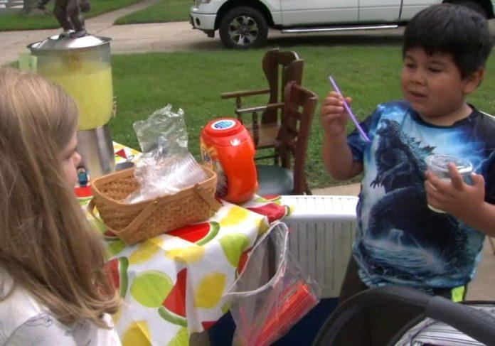 Menino vende limonadas e quer ajudar os pais e outras crianças carentes - Foto: reprodução
