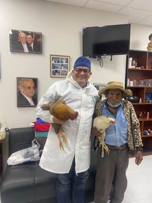 A alegria do médico ao receber as galinhas do seu Pedro - Foto: arquivo pessoal