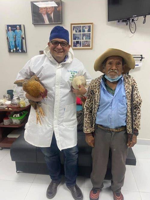 O médico segurando as galinhas que ganhou de presente - Foto: arquivo pessoal