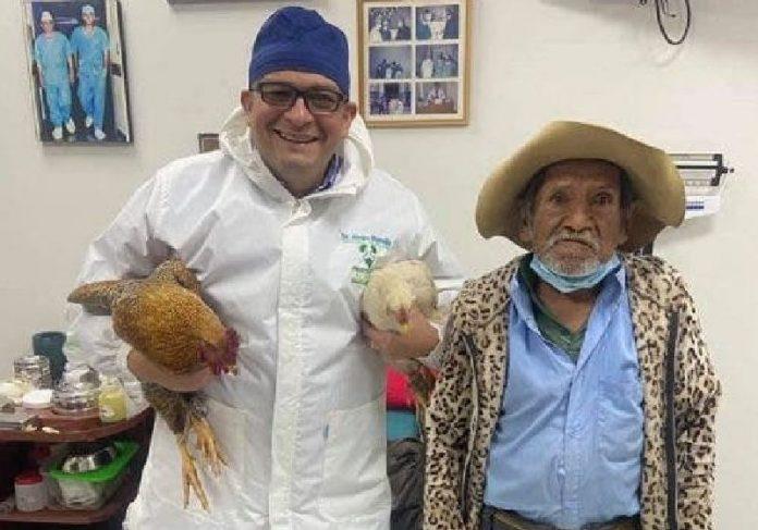 O seu Pedro levou duas galinhas de presente para o médico que o operou de graça - Foto: arquivo pessoal