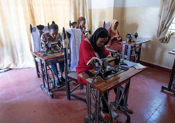 As mulheres africanas durante as aulas Foto: Maja Kotala / Costurando Juntos