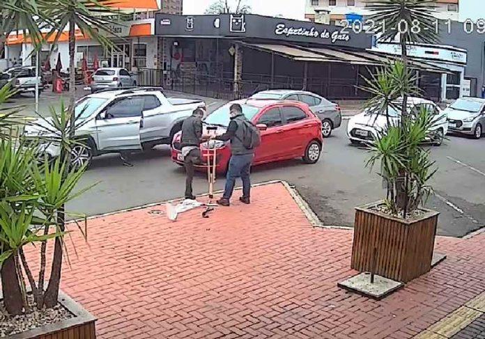 O morador em situação de rua que ganhou a muleta e o homem que doou ainda não foram identificados - Foto: câmera de segurança de Foz do Iguaçu