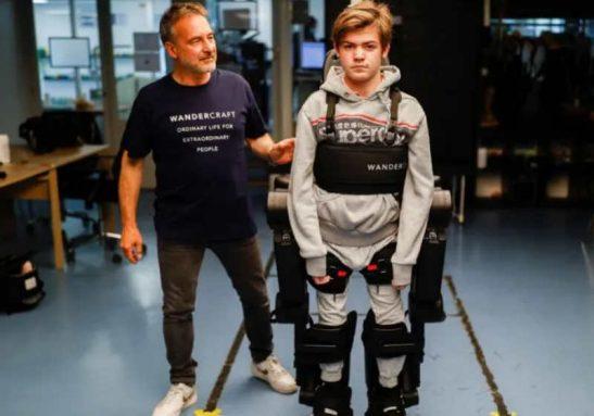 O exoesqueleto permite que Oscar se levante de sua cadeira de rodas e ande pela sala Foto: Christian Hartmann