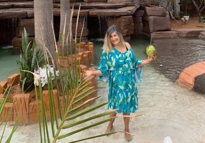 Professora aposentada é apaixonada pelo mar e construiu praia em casa - Foto: arquivo pessoal